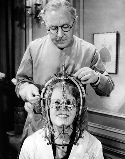 Макс Фактор изучает особенности черепа актрисы «калибратором красоты». Фото: журнал Modern Mechanix, январь 1935 года
