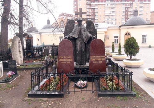 Могилы Отари и Амирана Квантришвили на Ваганьковском кладбище Москвы. wikipedia