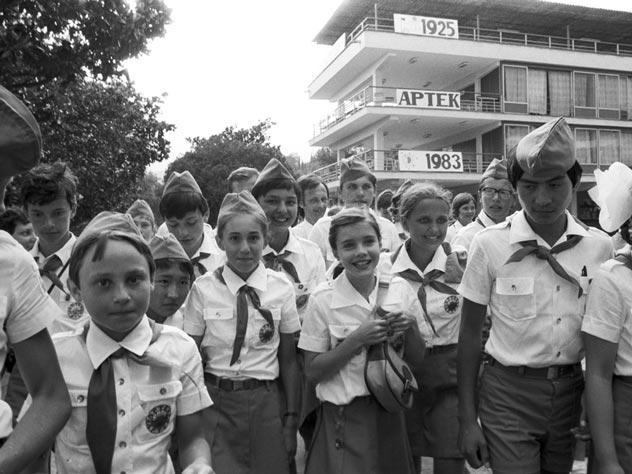 Саманта Смит (в центре, без пилотки и галстука) в «Артеке». Фото: Юрий Абрамочкин / Архив РИА Новости / Wikimedia.org