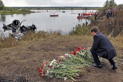 Дмитрий Медведев (в 2011 году – президент РФ) на месте катастрофы