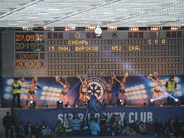 «Снеговик» сделал предложение собственной девушке вовремя матчаХК «Сибирь»