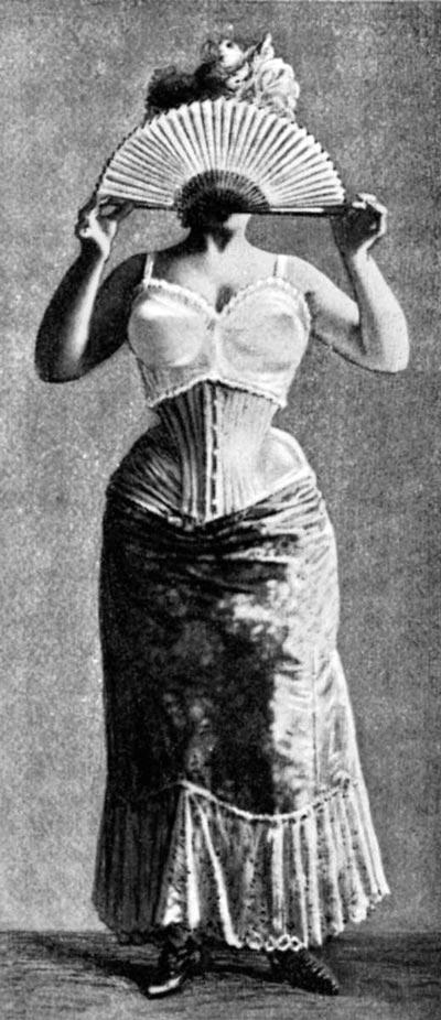 Поначалу бюстгальтеры носили вместе с корсетами. Wikimedia.org