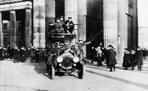 Революционные солдаты и матросы у Бранденбургских ворот в 1918 году. wikimedia