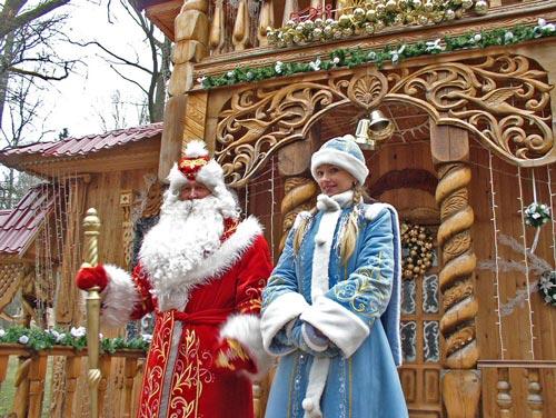 Дедушка Мороз и его внучка Снегурочка - непременные гости на детском новогоднем утреннике. wikimedia