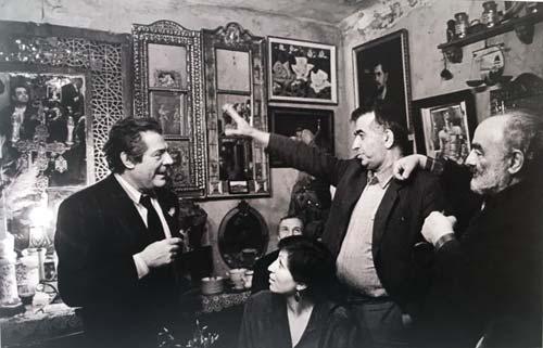 Марчелло Мастроянни и архитектор Виктор Джорбинадзе в гостях у Сергея Параджанова, 1990 год. wikimedia