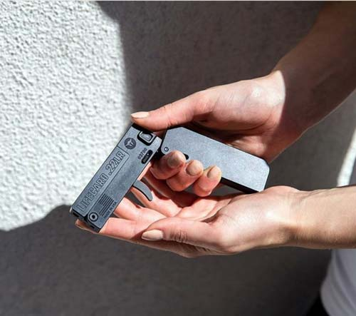 """Даже в женской руке пистолет LifeCard кажется миниатюрным. Фото:<a href="""" https://www.instagram.com/p/BgrsYVQg3bC/"""" target=""""_blank"""">  Instagram</a>"""