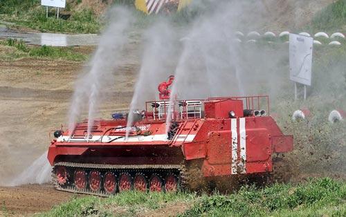 Противопожарный танк МТ-ЛБу-ГПМ-10 демонстрирует свои возможности. Фото: wikipedia.org