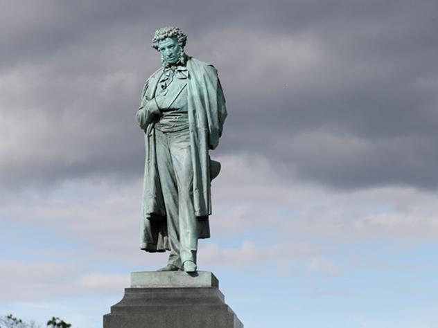Вандалы уничтожили на Украине памятник Пушкину
