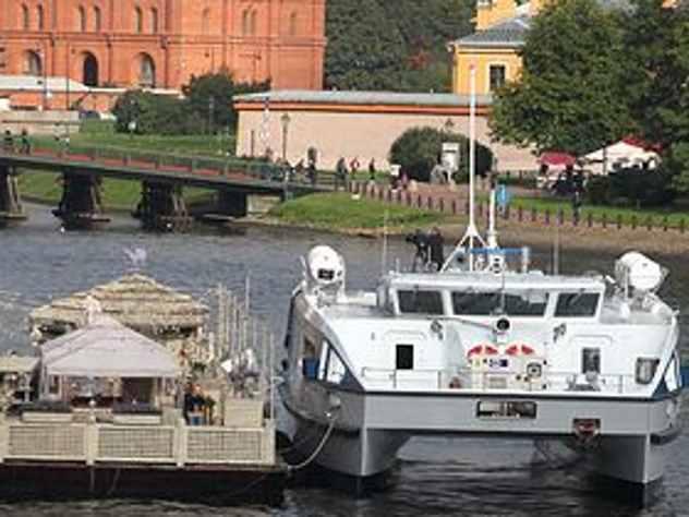 Спасатели рассказали, что девять из десяти погибших на катамаране в Волгограде находились внутри судна. Люди просто не успели среагировать и выбраться наружу, так как после столкновения с баржами катамаран резко пошел на дно.