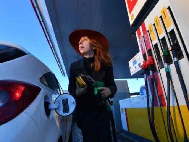 По мнению жителей страны ценники на заправках растут из-за нефтяных компаний, правительства и западных санкций