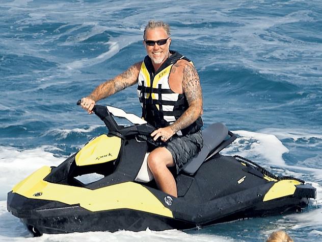 54-летний фронтмен рок-группы «Metallica» Джеймс Хэтфилд отдохнул с семьёй на греческом острове Миконос