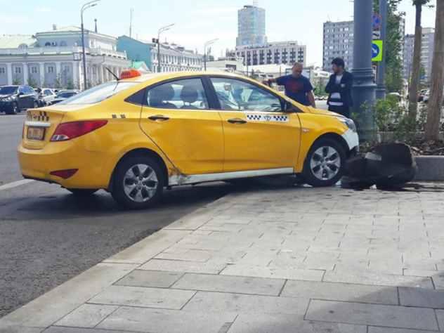 Один из пользователей социальной сети Фейсбук Максим Кадаков рассказал на своей страничке, что охота такси на людей в столице продолжается.