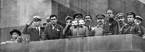 Николай Каманин (второй справа)на трибуне Мавзолея, летчик-герой, вывезший со льдины 34 челюскинца, 1934 г. Фото: wikimedia.org