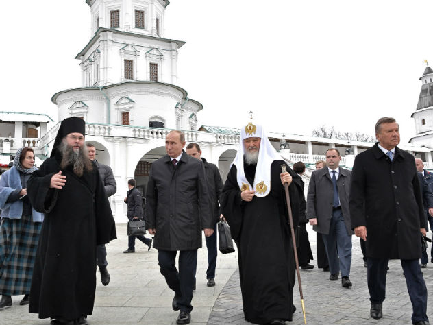 Патриарх Кирилл и Владимир Путин во время посещения Ново-Иерусалимского монастыря в Истре, ноябрь 2017 г.