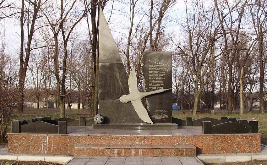 Монумент на месте гибели футбольной команды «Пахтакор»