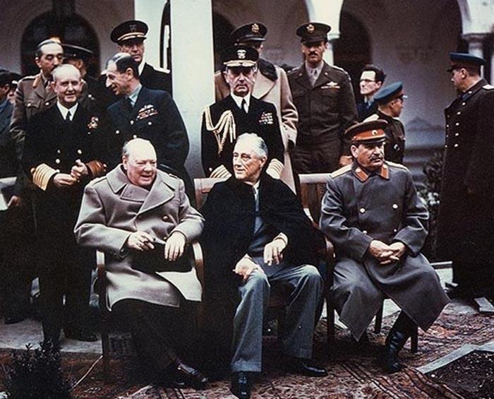 Черчилль, Рузвельт (в центре) и Сталин на Ялтинской конференции 1945 года. Фото: wikimedia.org