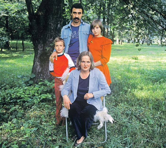 Елена и Юрий с детьми - Павликом и Ирочкой перед отъездом из Советского Союза