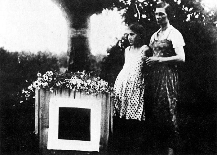 21 мая 1935 года прах Казимира Малевича предали земле у подмосковной Немчиновки, установили памятник в виде квадрата. Во время войны место захоронения затерялось