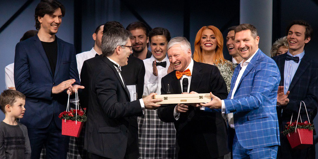 Анатолий Карпов дарит шахматы для Тима Райса