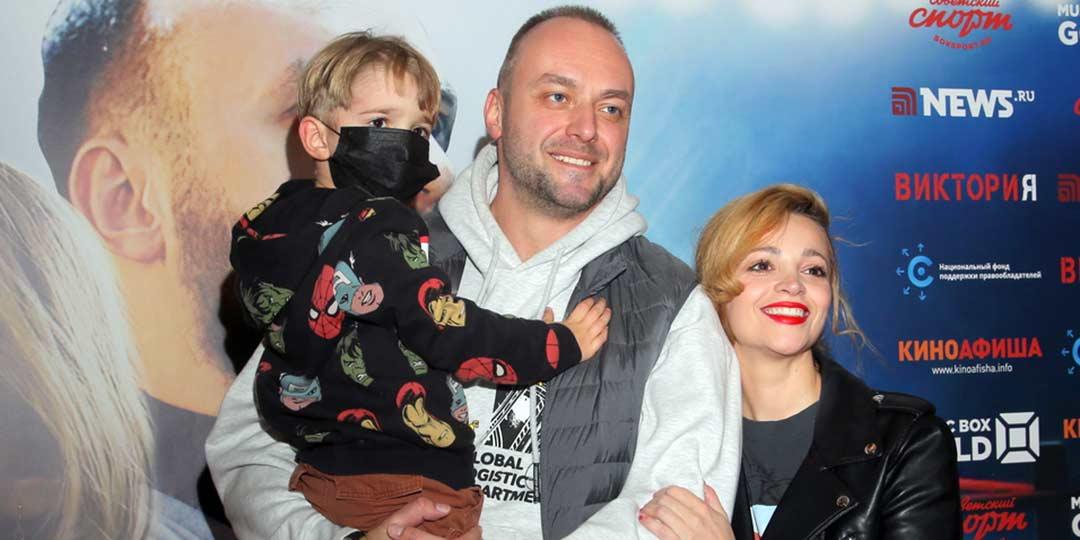 Максим Щеголев и Теона Дольникова показали сына Луку на премьере фильма «Виктория»
