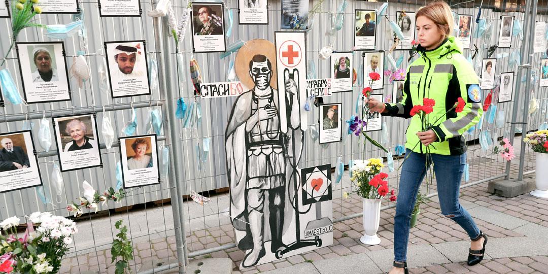 Стена памяти медикам, умершим во время эпидемии COVID-19 в Санкт-Петербурге. Фото:© «ИТАР-ТАСС»