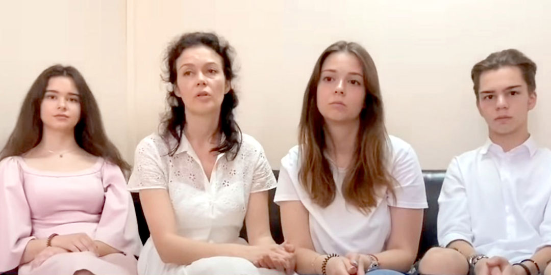 Вместе с мамой просят богатого отца одуматься и старшие дети Чайки: Мария (20 лет), Сергий (18 лет), Дария (17 лет)